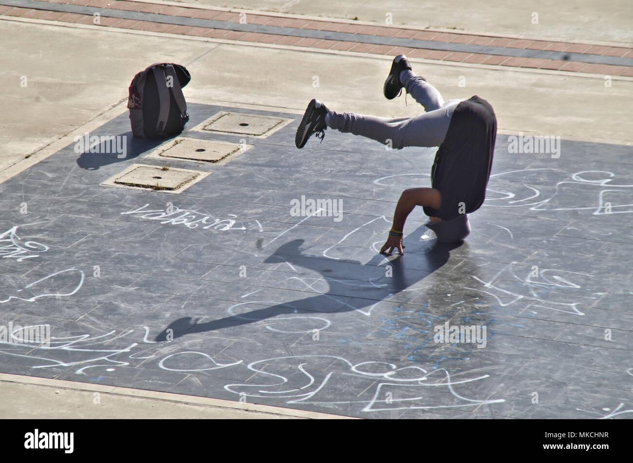 Ein Junge eine städtische Gymnastik Stockbild