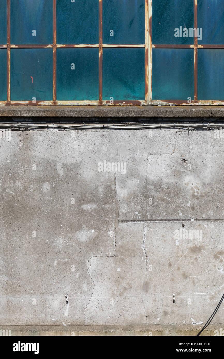 Alten Industriegebäude; Metall-frame Fenster und Beton Wand; Hafen ...