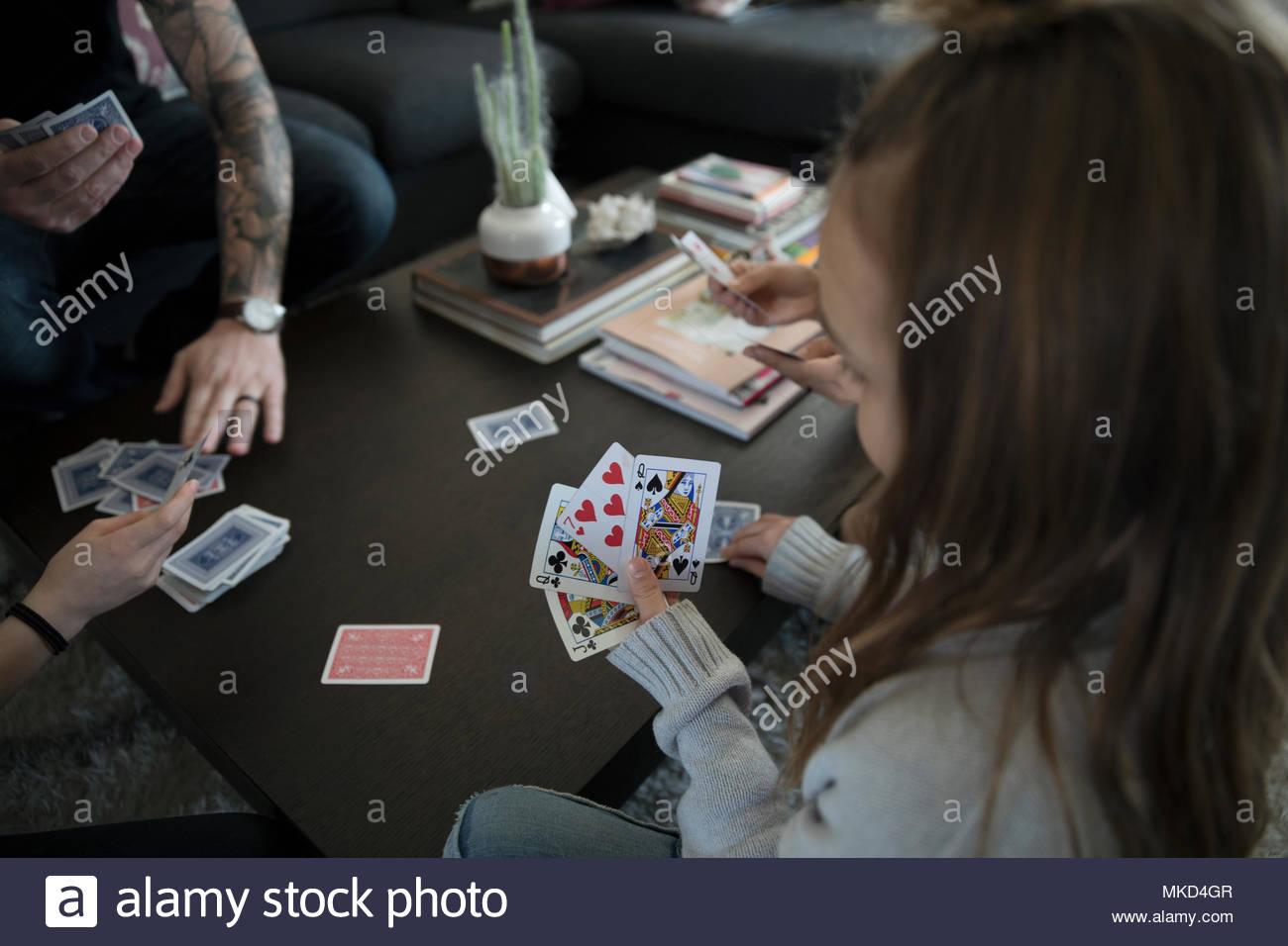Mädchen spielen Kartenspiel mit Familie Stockbild