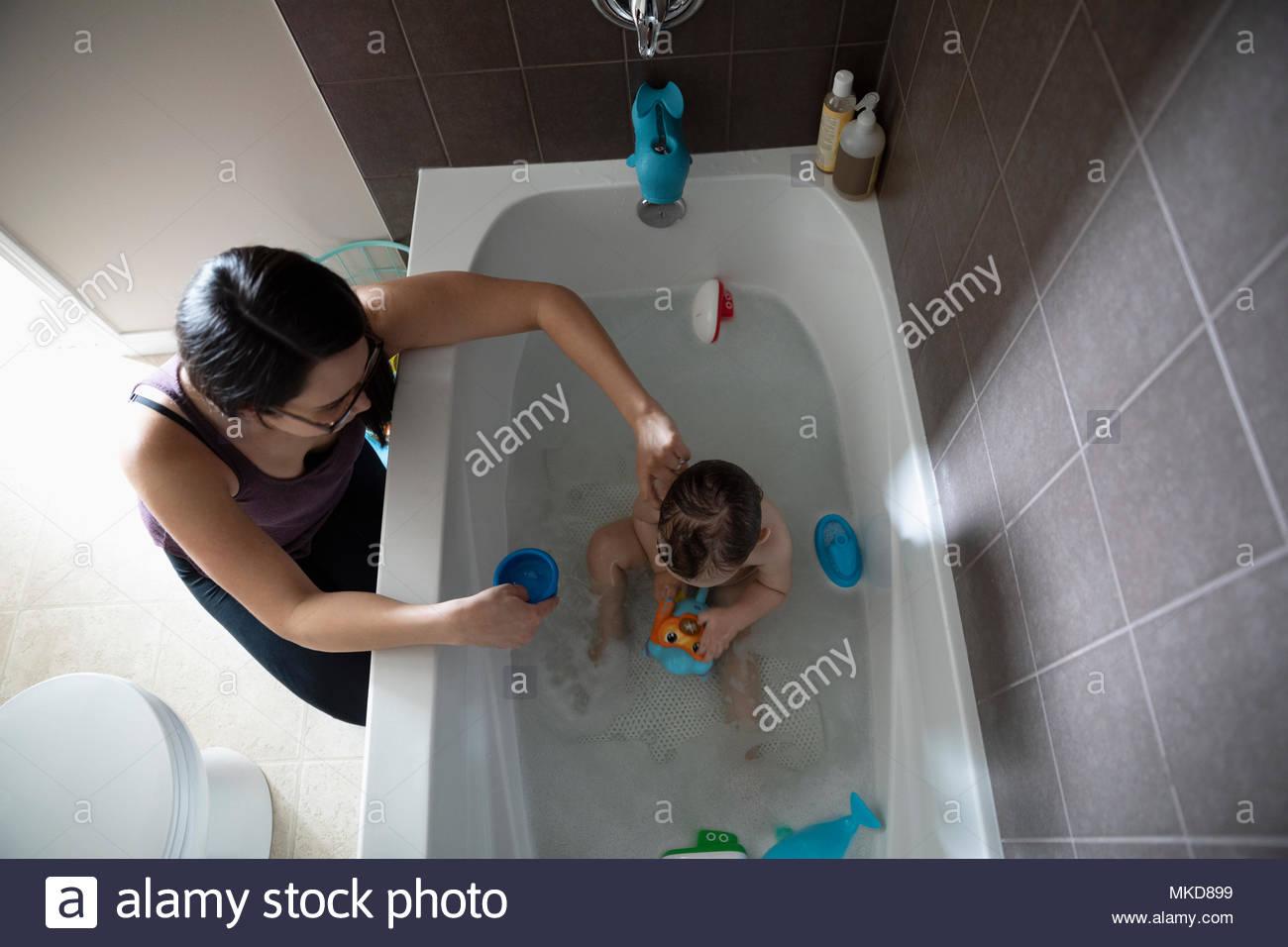 Mutter Baden baby Sohn Badewanne, mit Spielzeug spielen in der Badewanne Stockfoto
