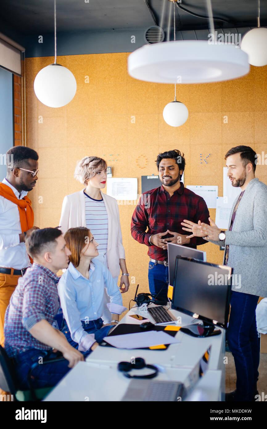 Closeup Portrait multi-ethnische Betreiber sprechen über Job in loft Büro sind Stockbild