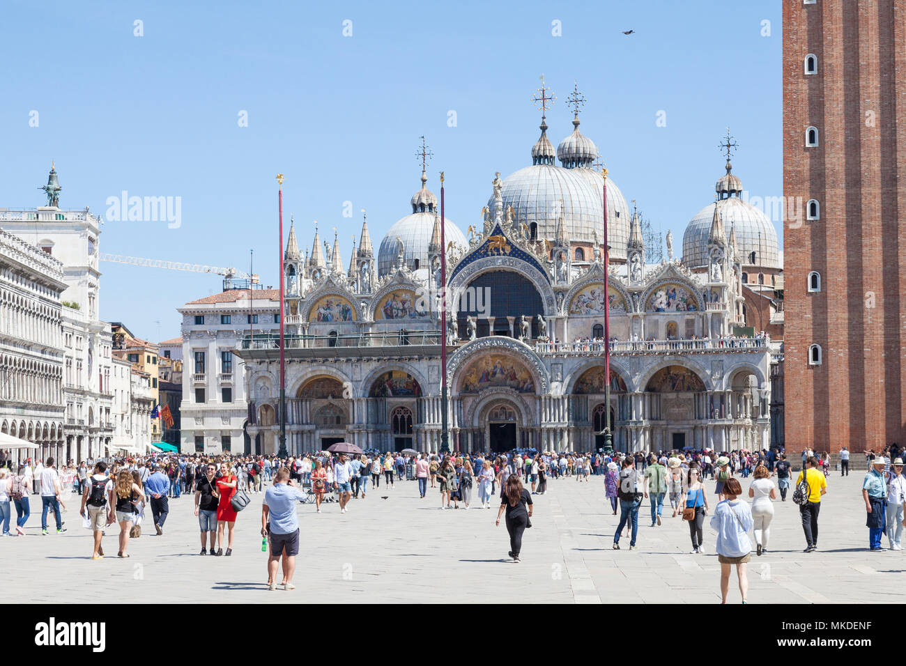 Touristen vor der St. Marks Kathedrale (Basilika San Marco), Piazza San Marco, Venedig, Venetien, Italien, um an einem sonnigen Frühlingstag Stockbild