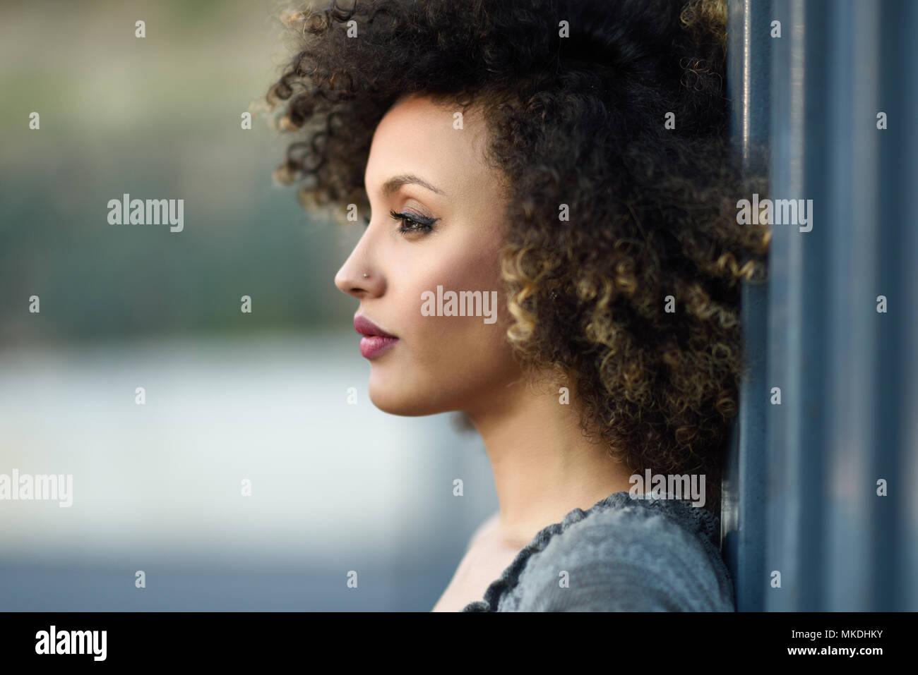 Junge Gemischte Frau Mit Afro Frisur Stehen Im Städtischen