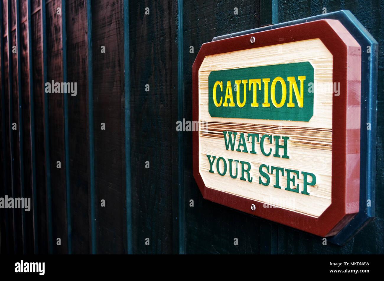 Vorsichtig sein. Sehen Sie sich ihre Schritt anmelden. Stockbild