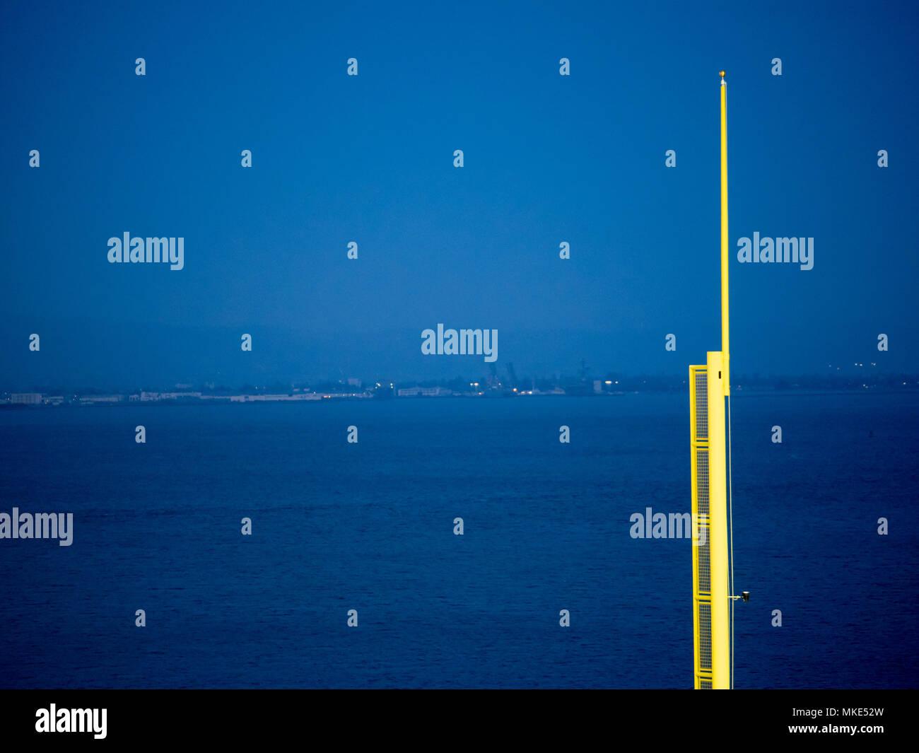 Ein Baseball foul Pole mit Blick auf einen Körper von Wasser in der Nacht Stockbild