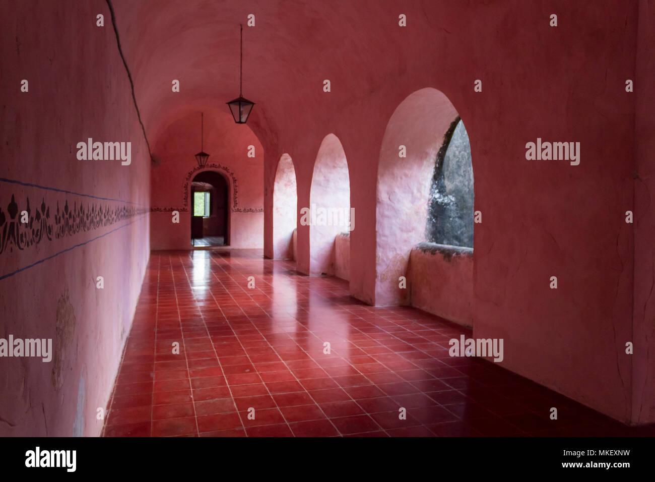 Rosa Korridore im Haus im Kolonialstil. Einst ein Palast für die Elite, das ist jetzt ein Museum in Mexiko. Alle Flure und Zimmer sind rosa lackiert Stockbild