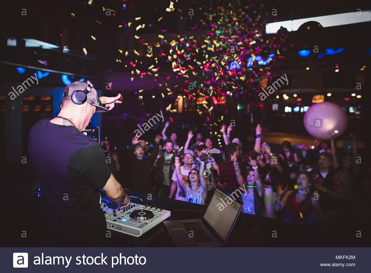 Konfetti über DJ Musik und Publikum Tanzen im Nachtclub Stockbild