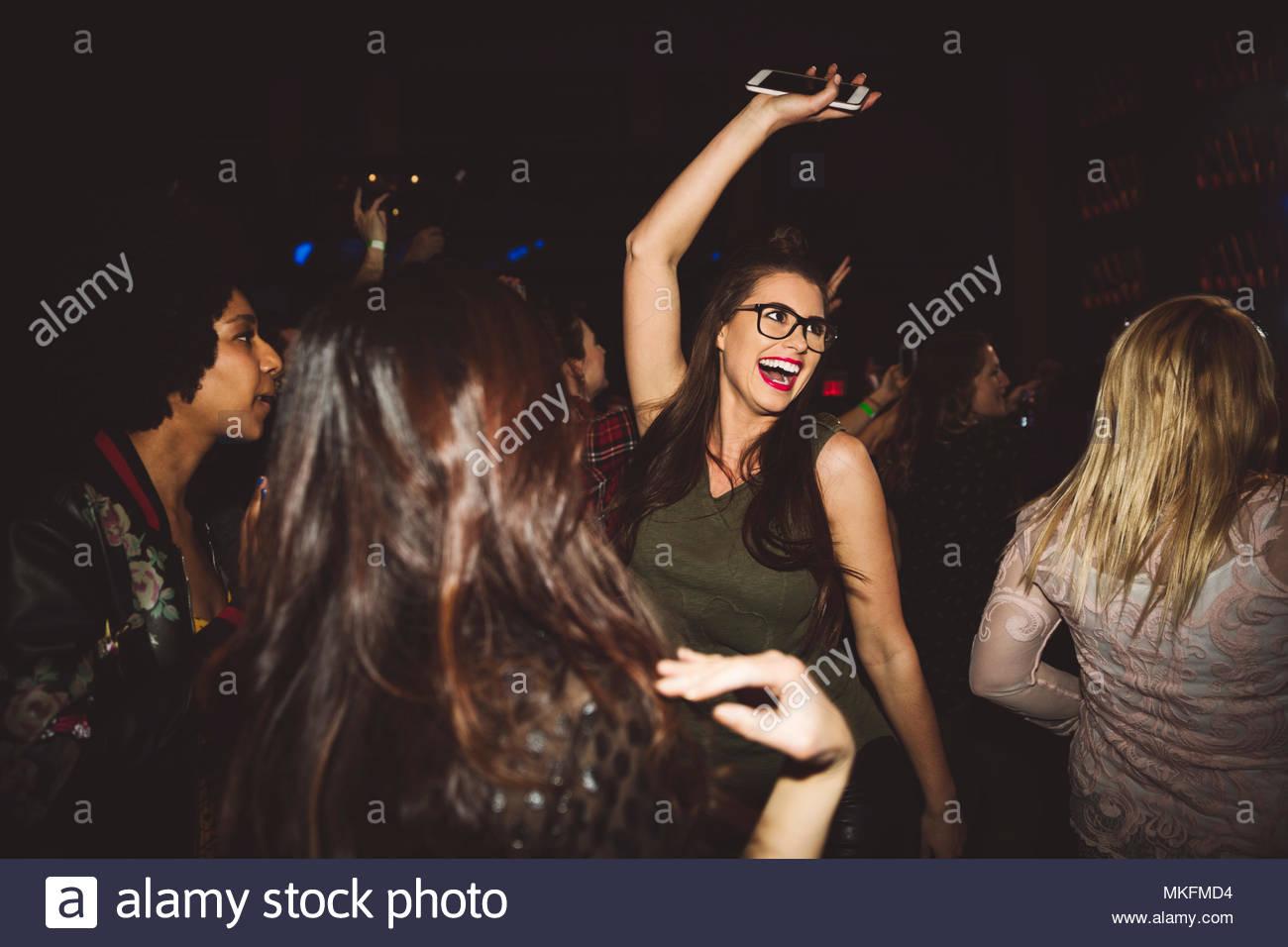 Fröhlicher, ausgelassener Junge tausendjährigen Frau Tanzen, Feiern in Nachtclub Stockbild