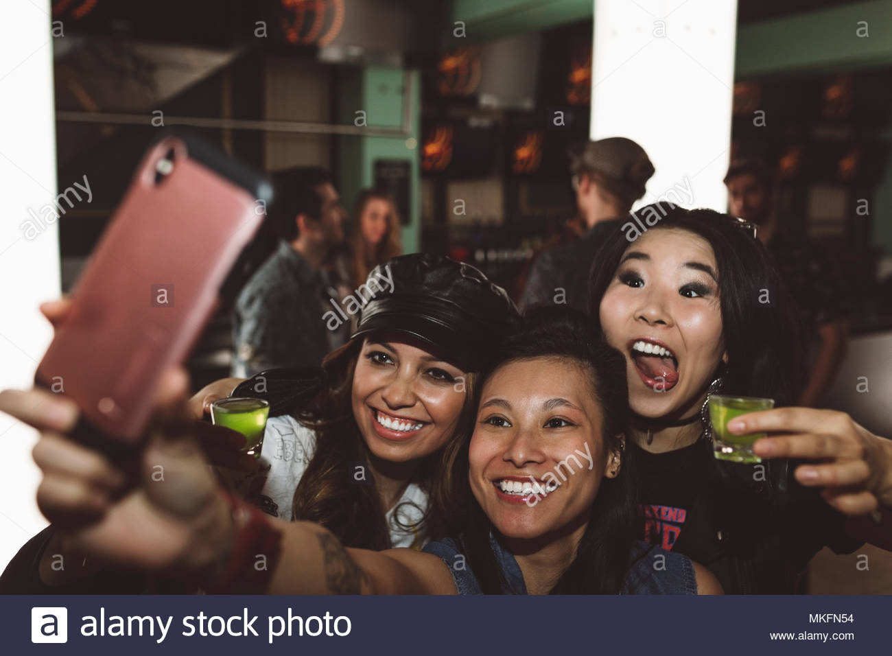 Verspielt, ausgelassenen jungen weiblichen tausendjährigen Freunde Aufnahmen und unter selfie in Nachtclub Stockbild