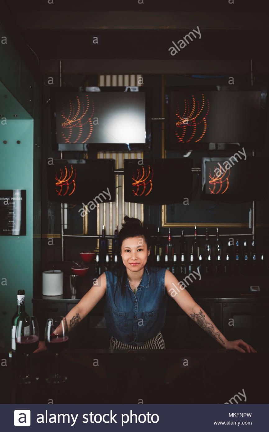 Portrait selbstbewussten jungen weiblichen tausendjährigen Barkeeper an der Bar Stockbild