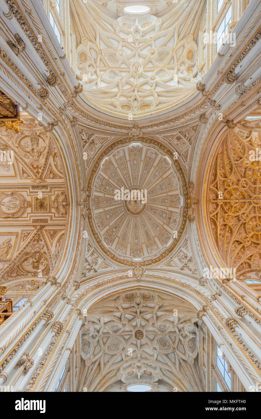 gewölbte decke mit stuck und gold, mezquita-catedral de córdoba oder