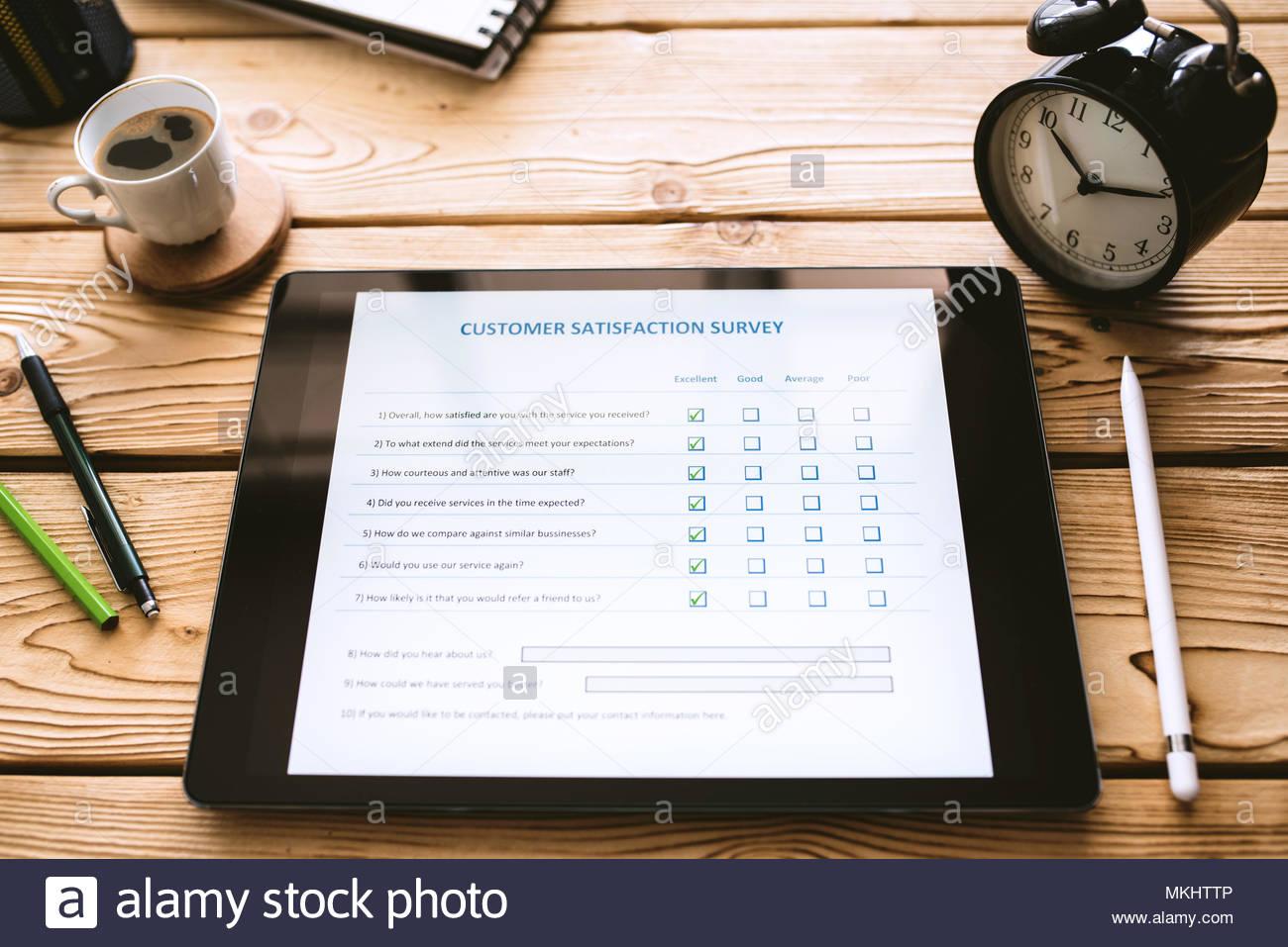 Kundenzufriedenheit elektronische Umfrage Konzept auf digitalen Tablet Bildschirm Stockbild