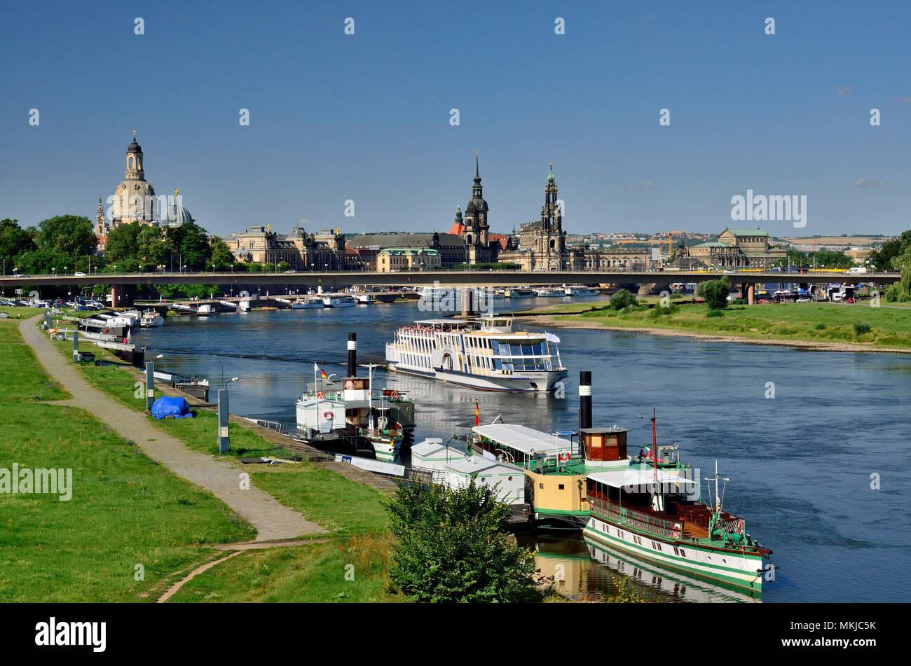 Die gleichen Versand Carola Brücke und der Altstadt, Dresden, elbeschifffahrt vor Carolabrücke und Altstadt Stockbild