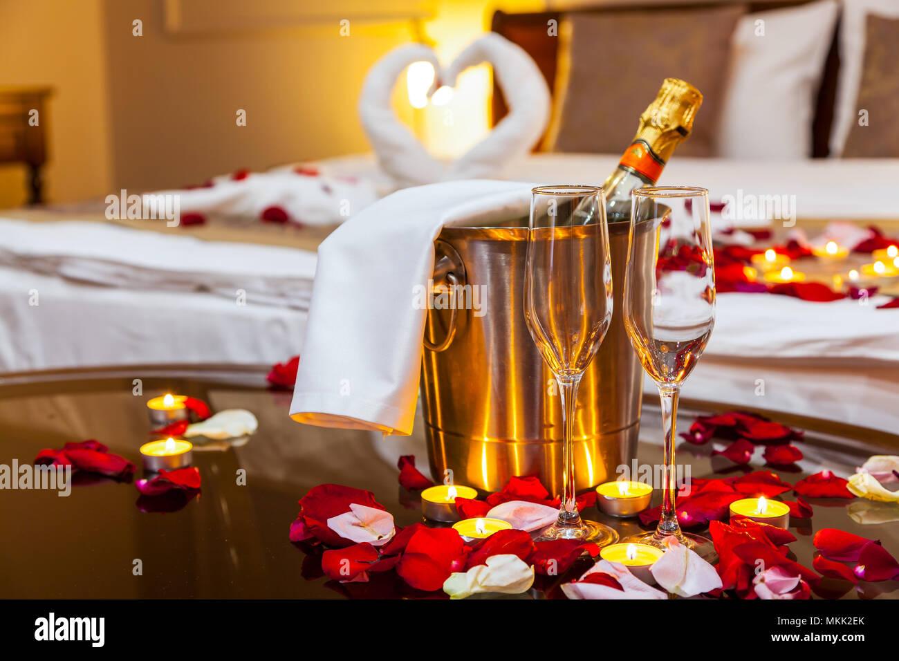 Hotel Zimmer Für Eine Hochzeitsreise: Eine Tabelle Mit Einem Obstteller Und  Kerzen, Im Hintergrund