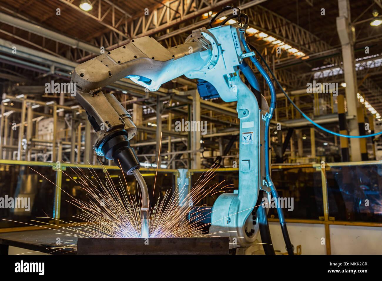 Roboter schweißen Schweißen Montage automotive Teil in Car Factory Stockbild