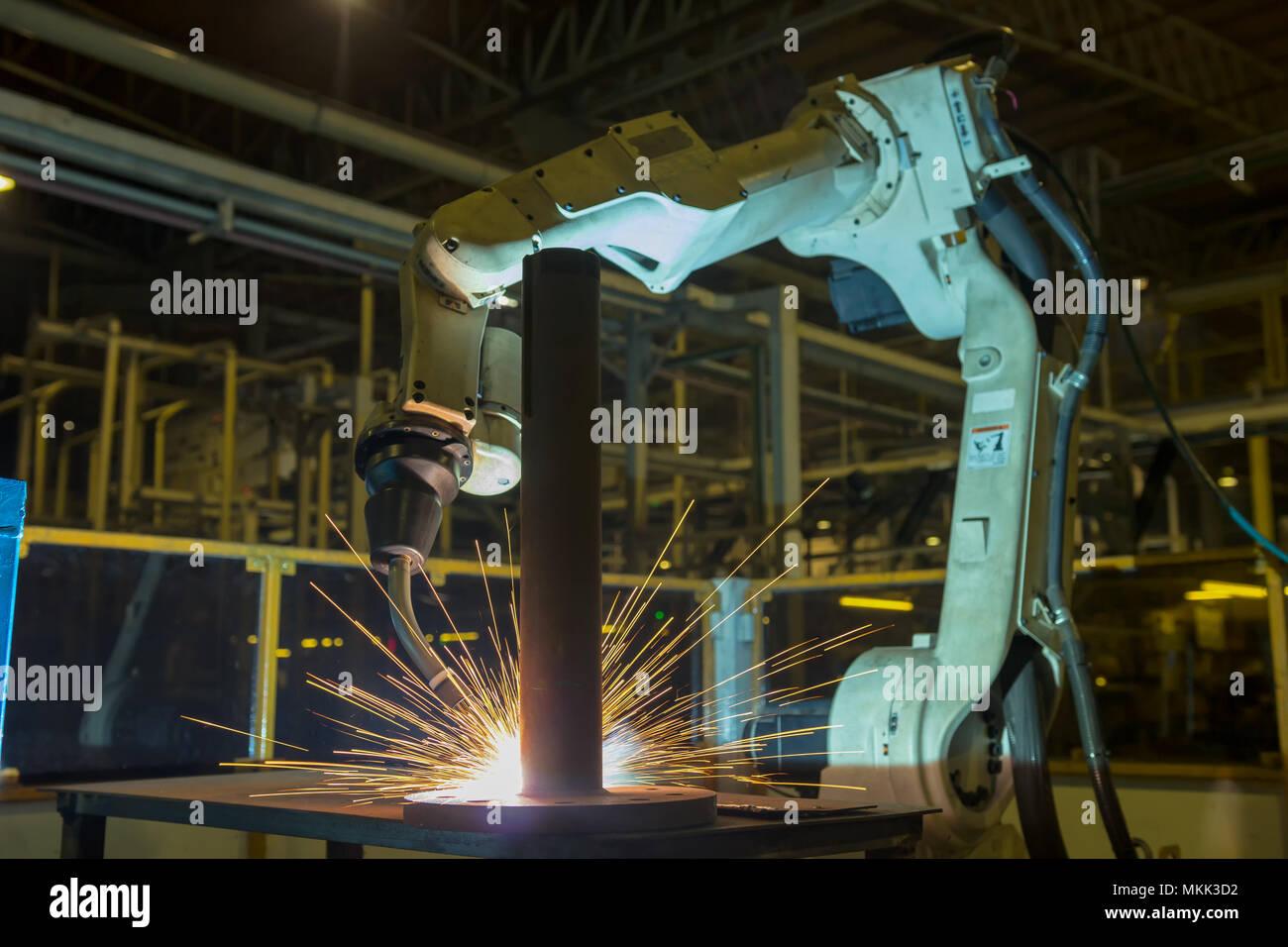 Industrieroboter ist Schweißen Montage automotive Teil in Car Factory. Stockbild
