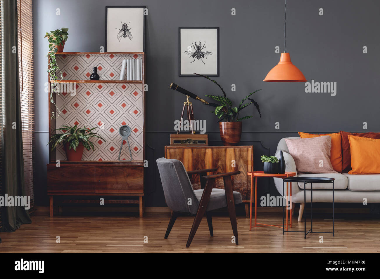 Poster auf der grauen Wand in vintage Wohnzimmer Einrichtung mit ...