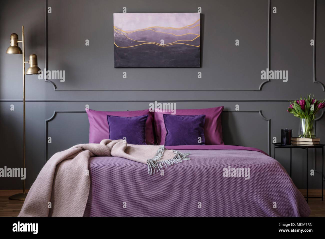 Rosa Decke Auf Violett Bett Im Eleganten Schlafzimmer Innenraum Mit Malerei  Auf Graue Wand Mit Spritzguss