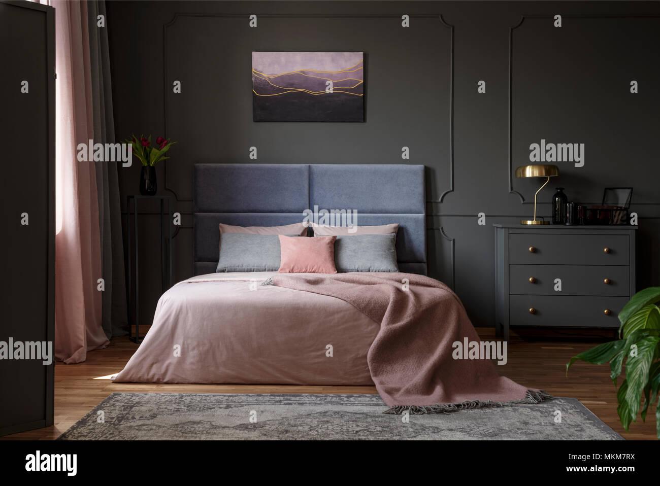Fesselnd Pastellfarben Decke Auf Dem Bett In Rosa Und Blau Schlafzimmer Innenraum  Mit Gold Lampe Auf Grau Schaltschrank