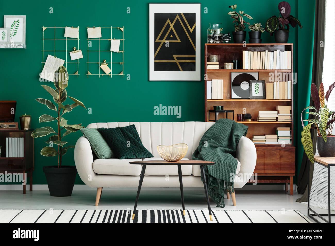 Gemütliche, Designer Wohnzimmer Mit Bibliothek, Antike Holzregal, Beige  Sofa Und Moderne, Abstrakte Kunst Auf Einem Teal Green Wall