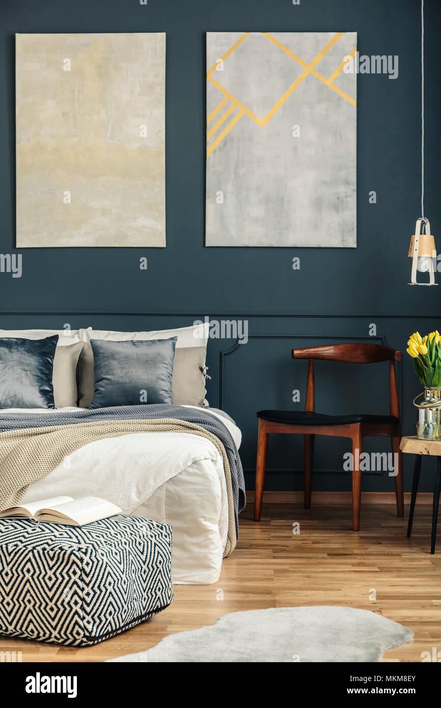 Gemütliches Bett Im Zimmer Im Retrostil Innenraum Mit Stuhl, Poster, Blumen  Und Teppich Auf