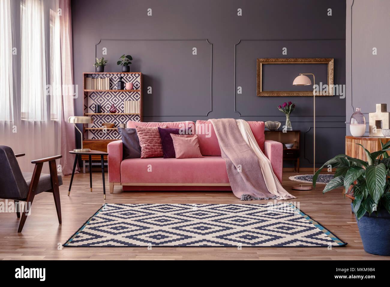 rosa sofa mit zwei decken und kissen stehen im wohnzimmer einrichtung mit fenstern mit vorh ngen. Black Bedroom Furniture Sets. Home Design Ideas