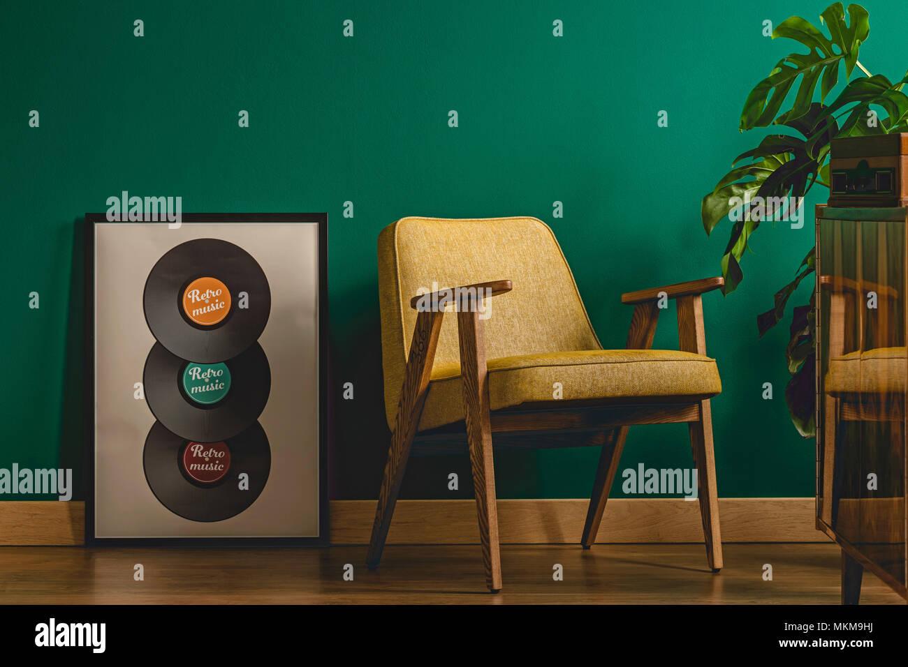 Wohnzimmer Einrichtung Mit Musik Poster Neben Einem Gelben Sessel