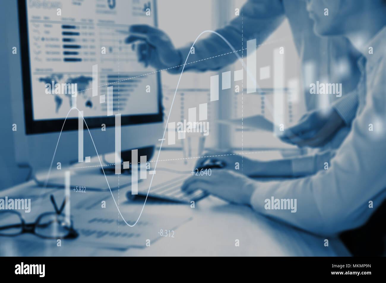 Abstrakte Finanzen Konzept mit Leuten ueber finanzielle Daten auf einem Business Analytics Dashboard auf Bildschirm im Hintergrund und Börse inv Stockbild