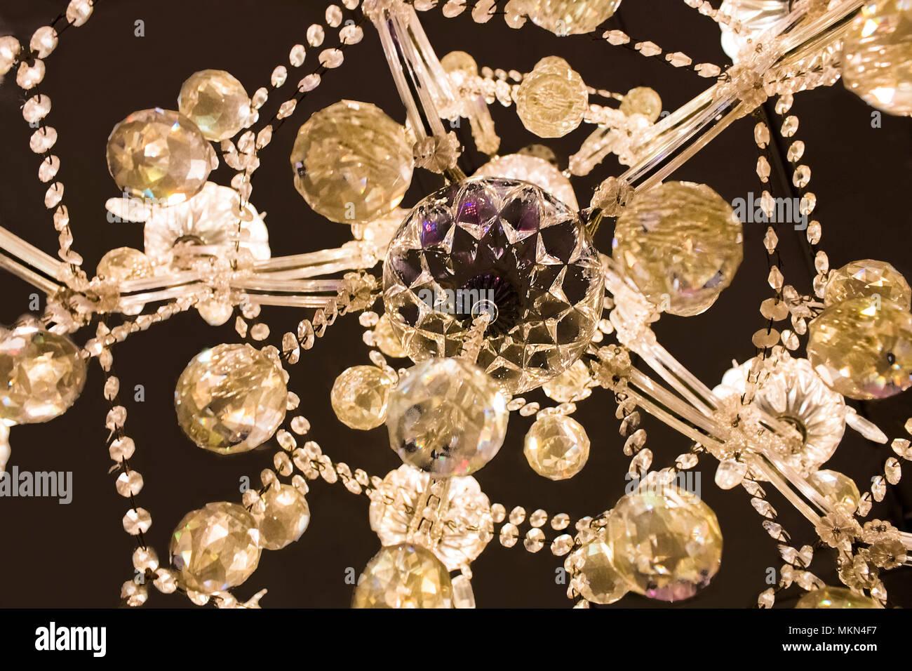 Kronleuchter Kristall Schwarz ~ Kristall lampe. kronleuchter über schwarzen hintergrund isoliert