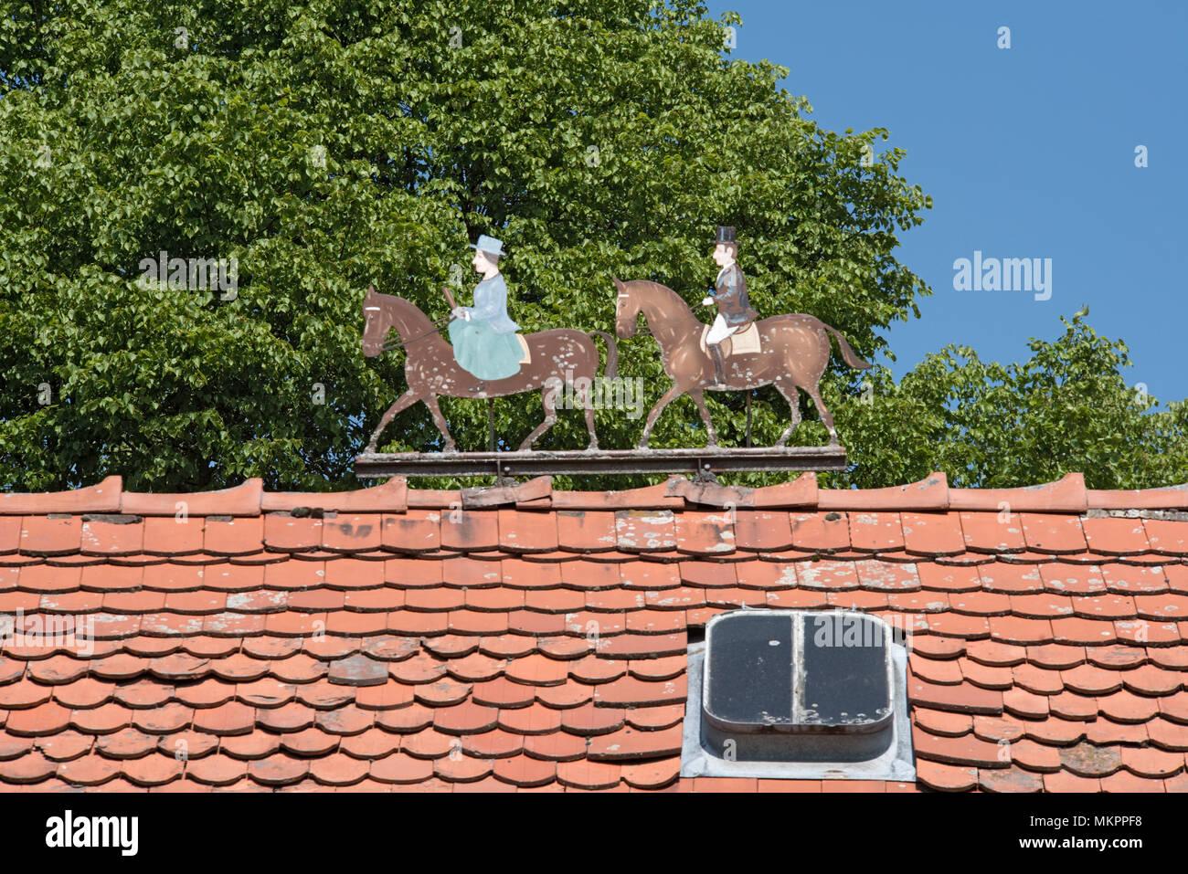 Metall zahlen zwei Fahrer, Mann und Frau, der auf dem Dach eines Immobilien Stockbild
