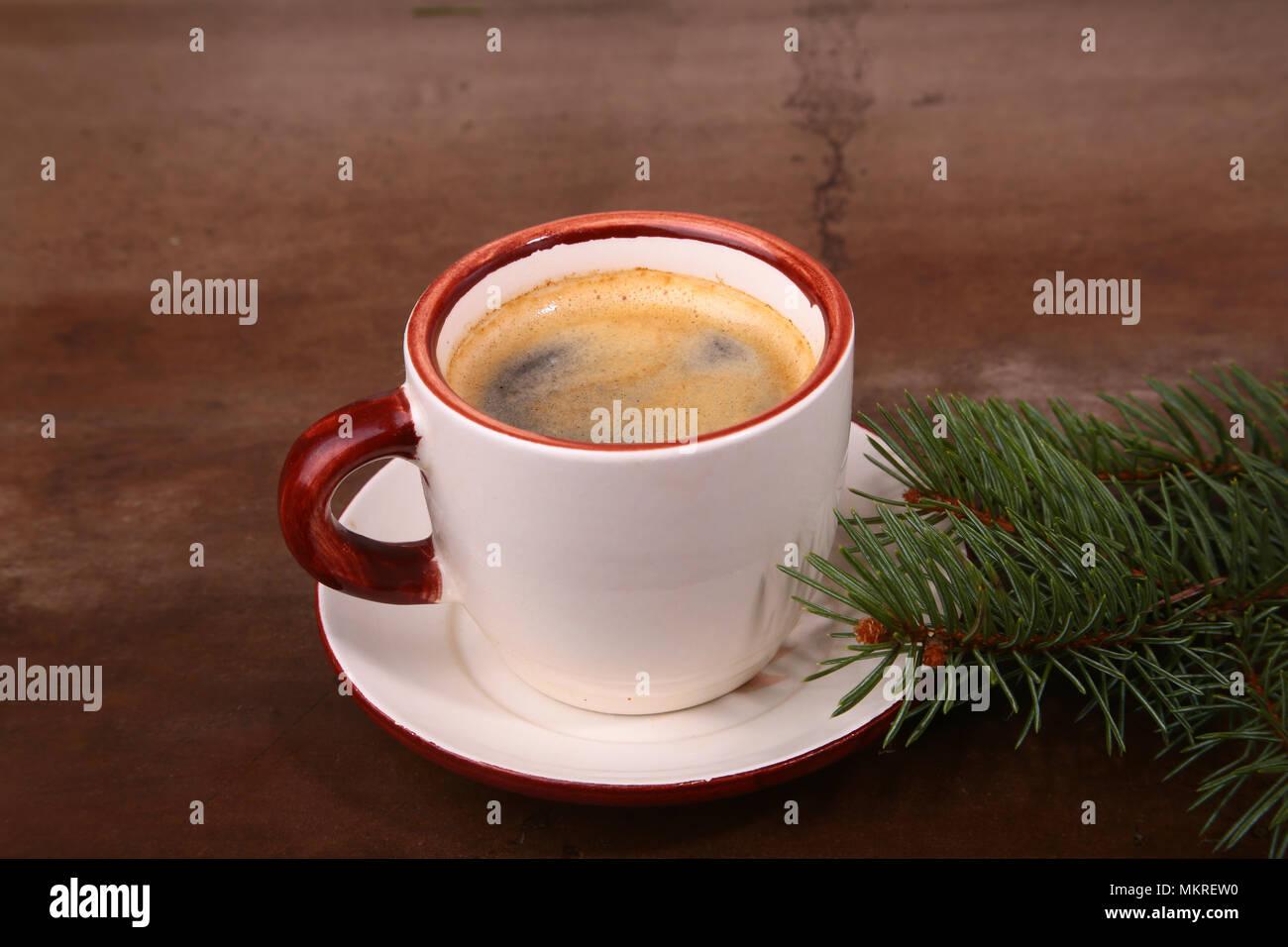 Guten Morgen oder Schönen Tag noch Frohe Weihnachten. Tasse Kaffee mit Plätzchen und frischen Tanne oder kiefer Zweig.. Stockbild