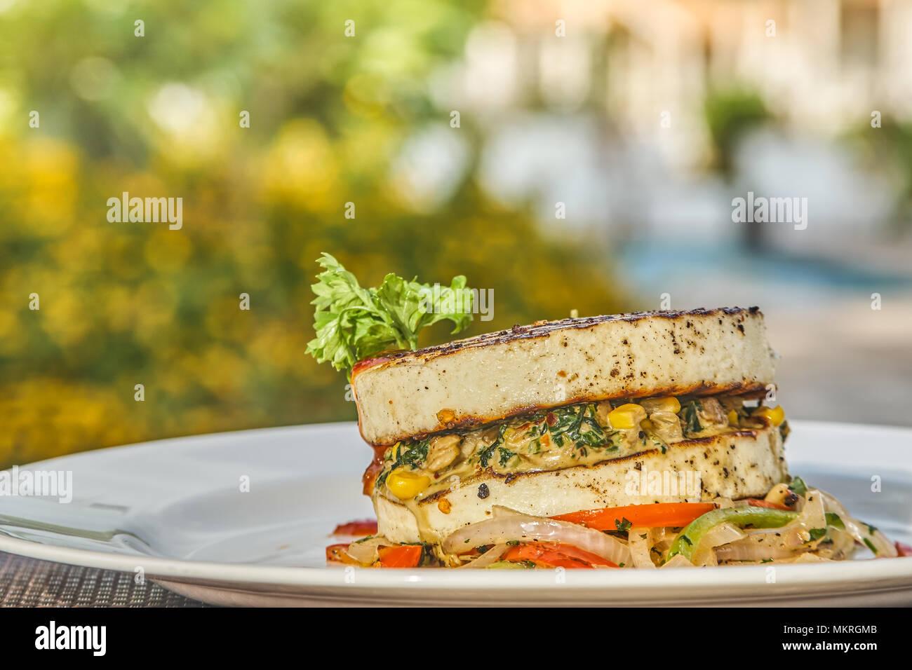 Eine Platte der vegetarische Burger bei einer hohen Ende außerhalb Restaurant Stockbild