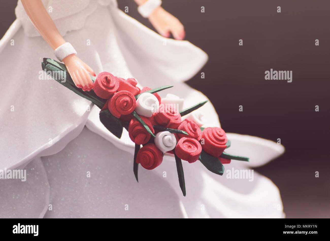 Hand eine Puppe Braut mit einem Blumenstrauß. Dekorative Hochzeit ...