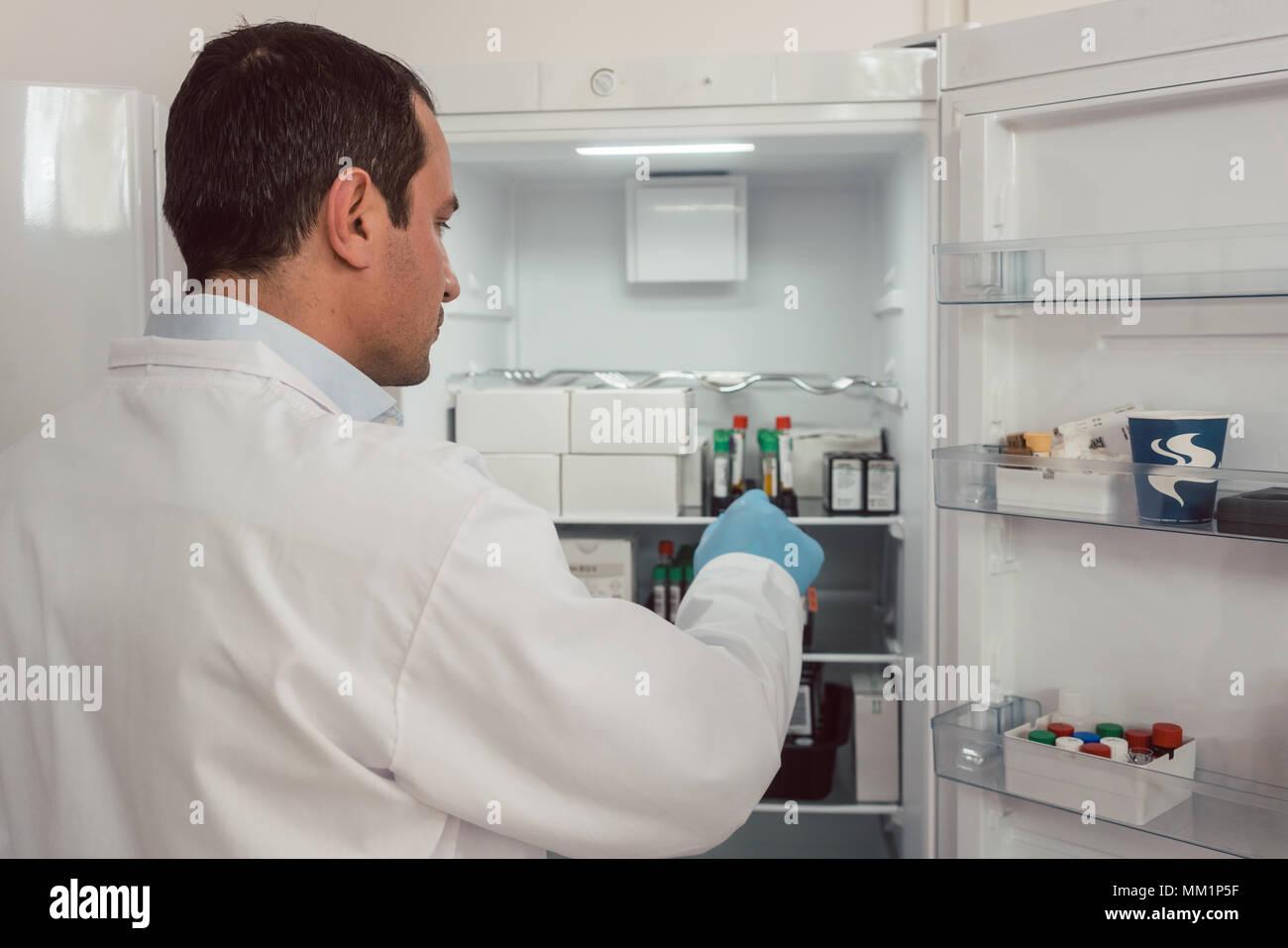 Kühlschrank Aufbewahrung : Labortechniker aufbewahrung blutproben im kühlschrank stockfoto