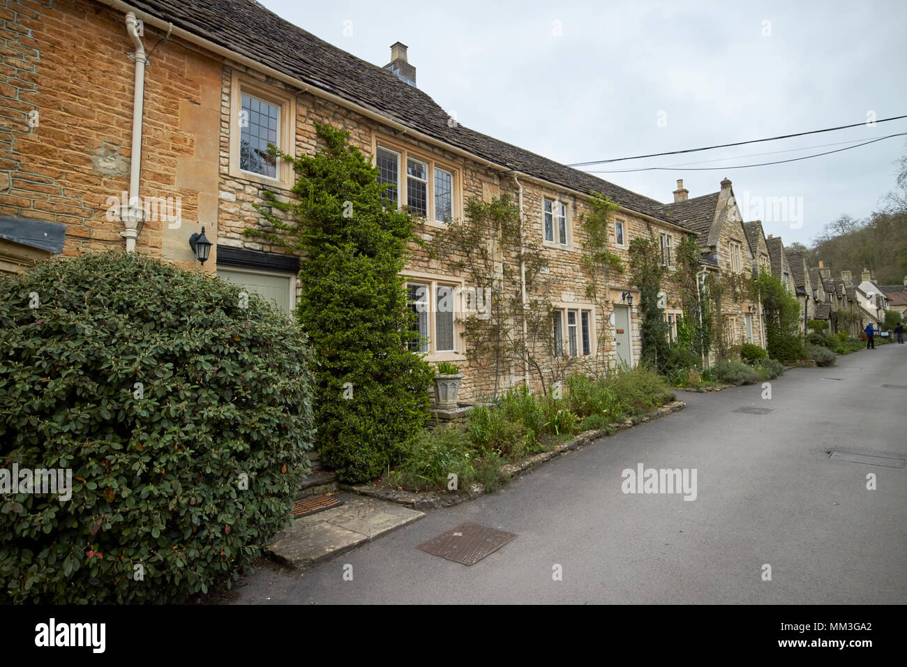 Aufgeführten Cottages und alten Steinmauern auf West Street Castle Combe Dorf wiltshire England Großbritannien Stockbild
