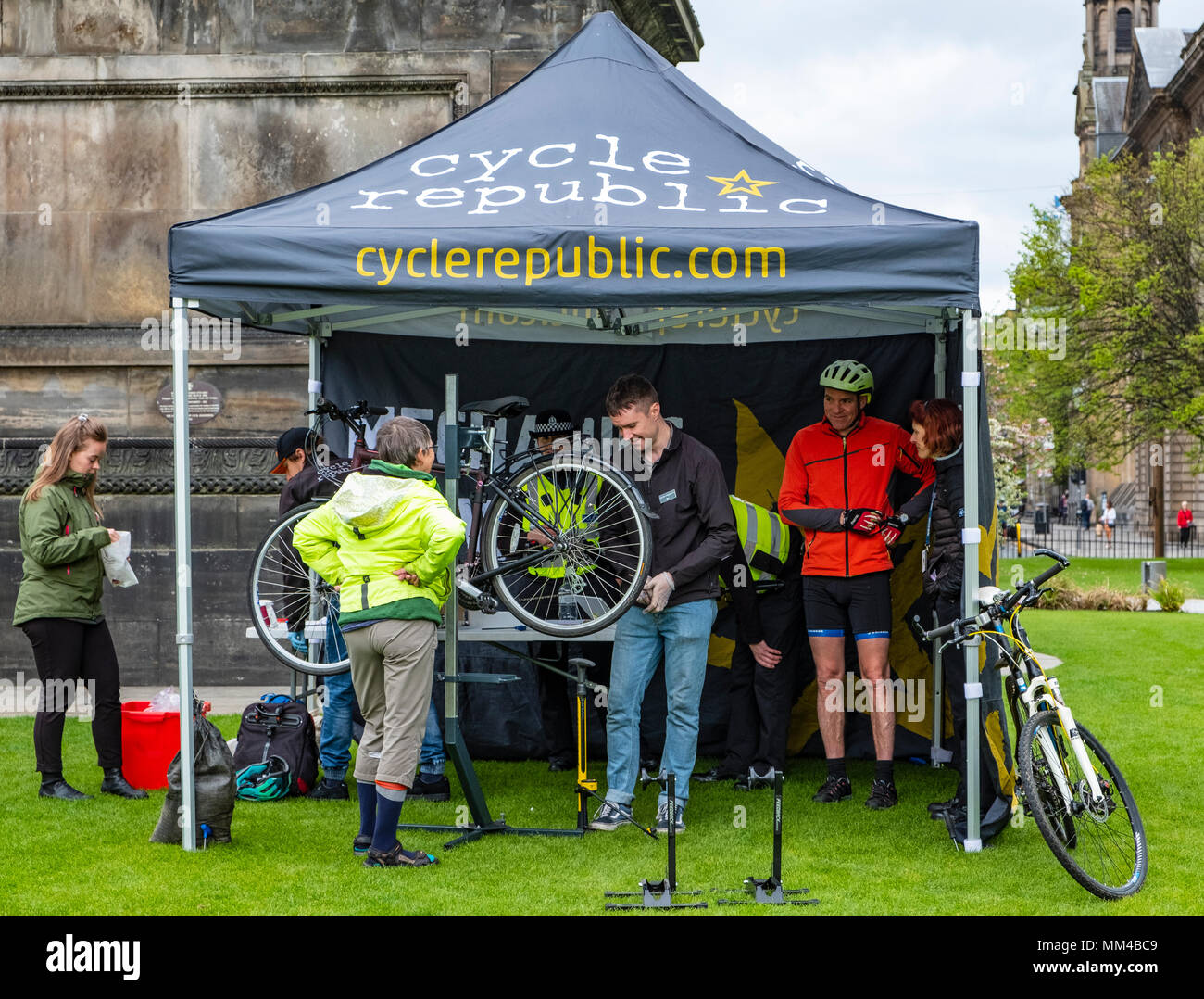 Kiosk in St Andrews Square durch Polizei Schottland für Radfahrer organisiert Sicherheit Markierungen zu Fahrräder hinzugefügt, Diebstahl, Edinburghl zu verhindern haben, Schottland Stockfoto