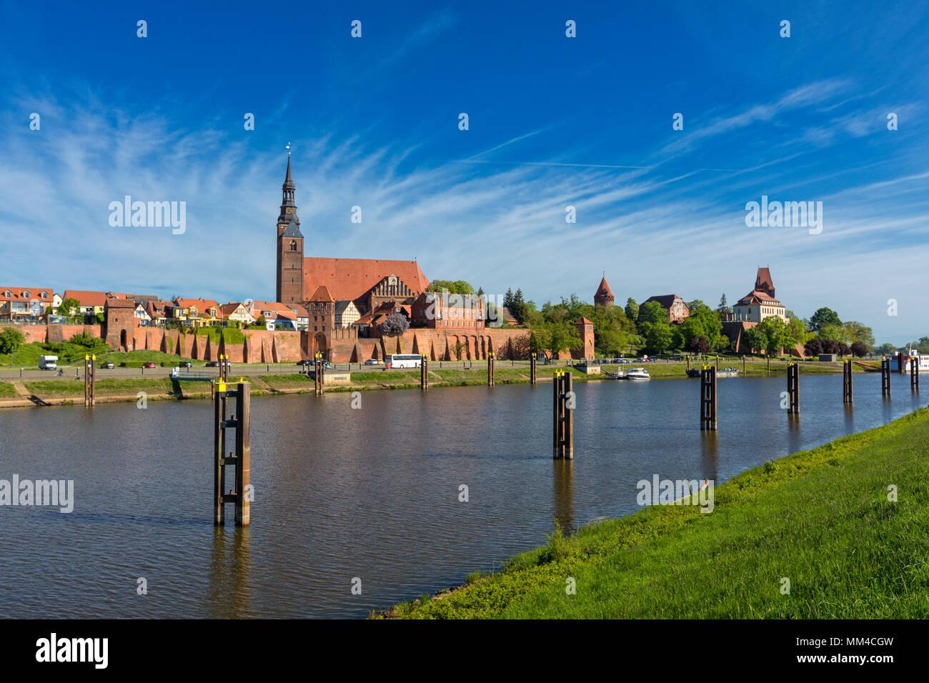 Tangermünde Stadtbild, Blick von der Elbe Deich Stockbild
