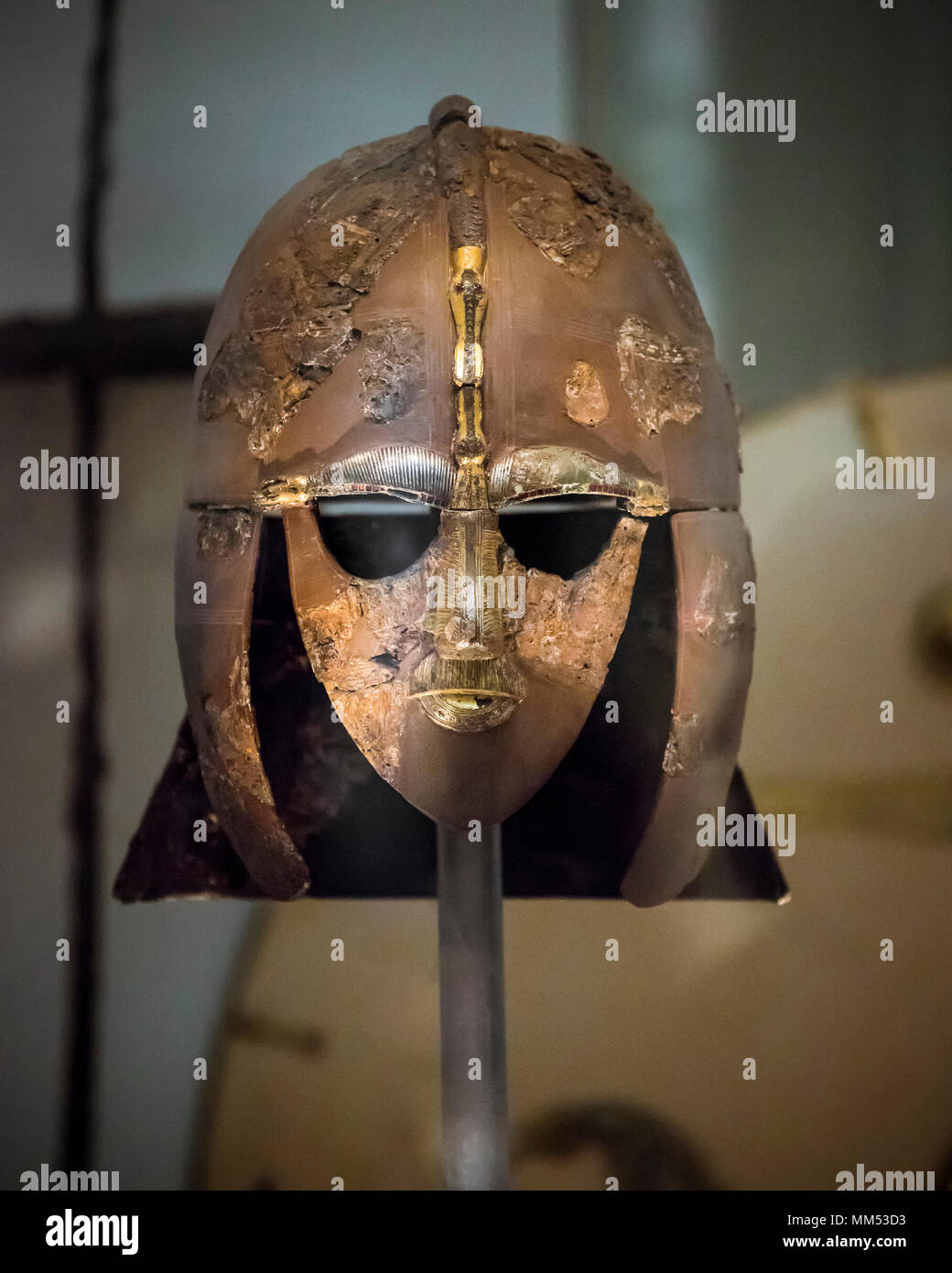 London. England. British Museum. Die Sutton Hoo Helm. Die Sutton Hoo Schiff vergraben in Suffolk, England, ausgegraben in 1939, ist einer der wichtigsten Stockbild