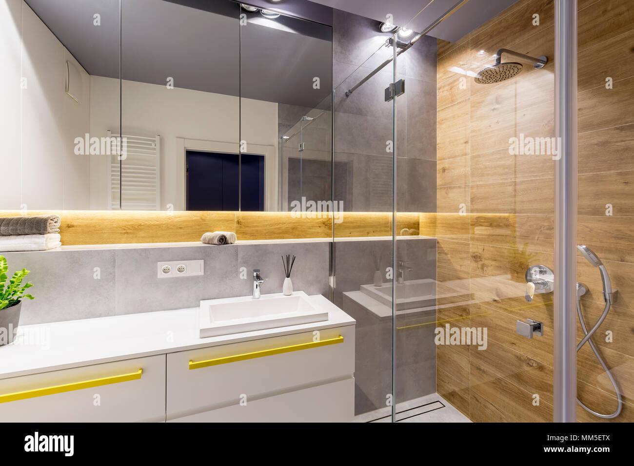 Glas Dusche Neben Einem Spiegel Und Waschbecken Im Modernen