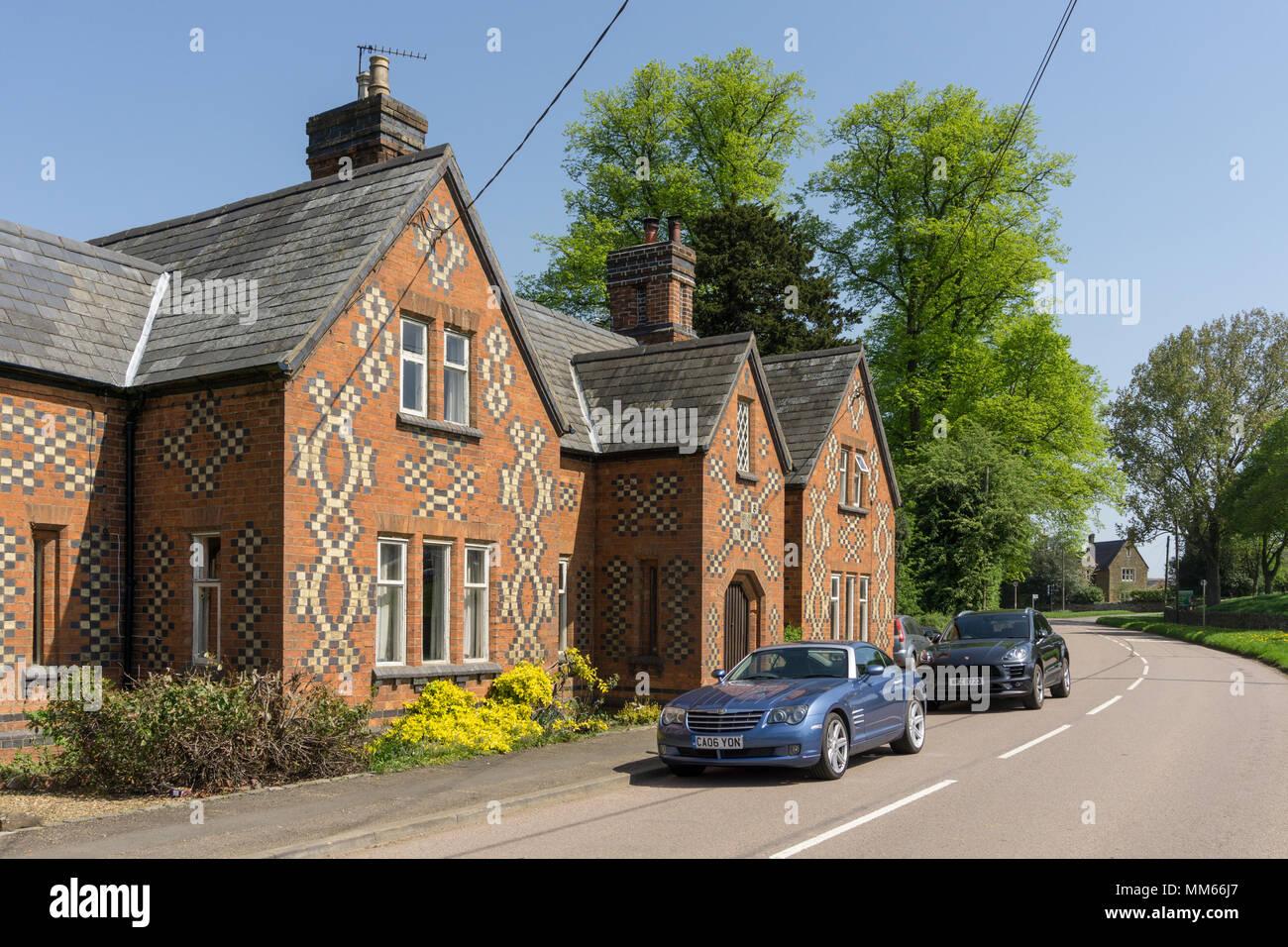 Häuser mit markanten Ziegel Muster an den Wänden; Lamport Dorf, Northamptonshire, Großbritannien Stockbild