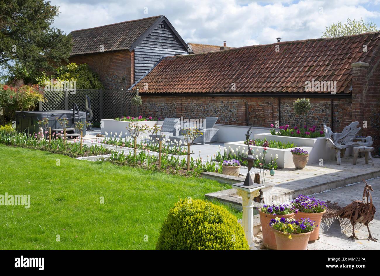 Überblick über zeitgenössische Terrasse mit Sitzecke und einen ...