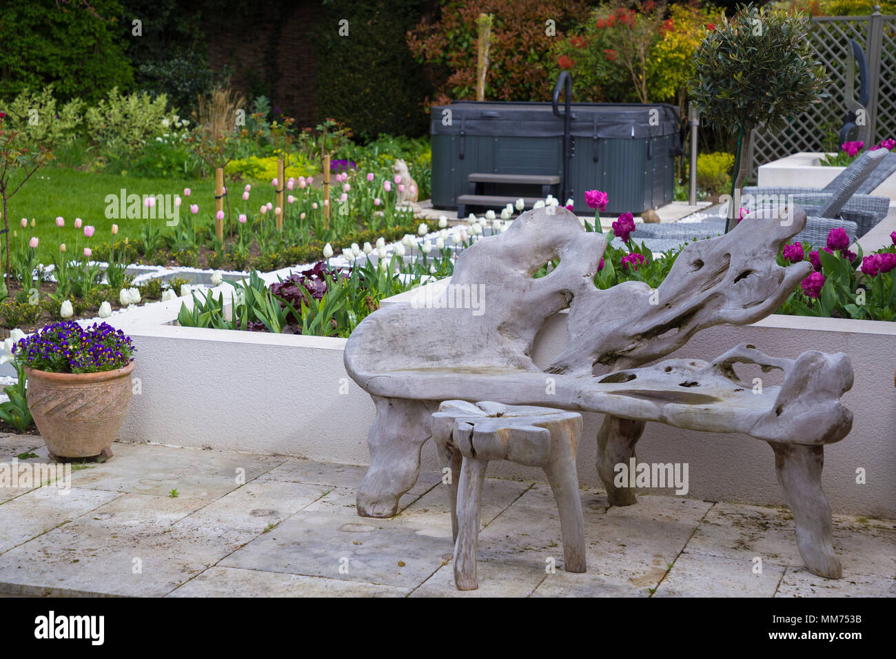 Rustikale Sitzecke mit Blick auf den Whirlpool in einem ...