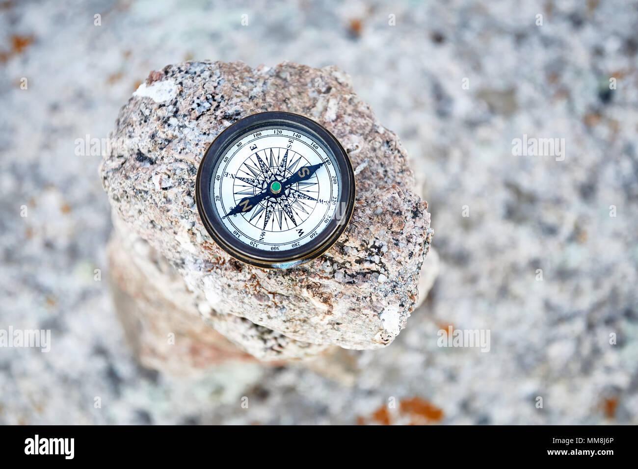 Runde Vintage Kompass auf dem Stein. Reisen und Abenteuer. Stockbild