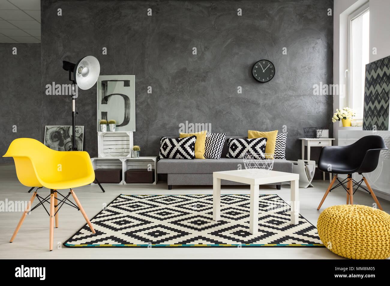 Grau Wohnzimmer mit Sofa, Stühle, Stehleuchte, kleiner Tisch, gelb ...