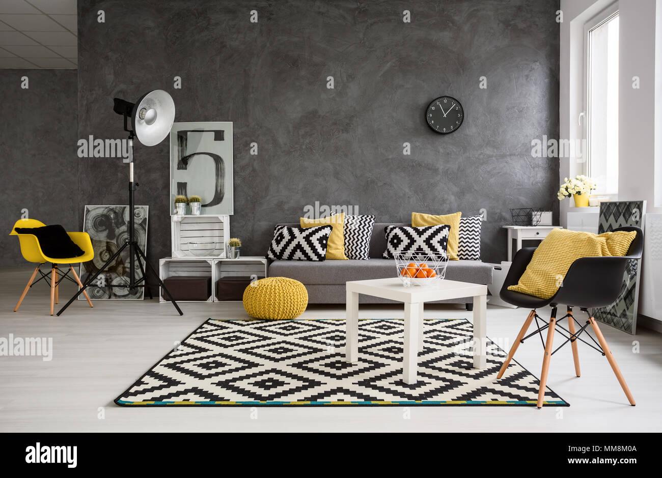 Stylische Geraumige Wohnzimmer Mit Grauen Wande Und Schwarze Weisse