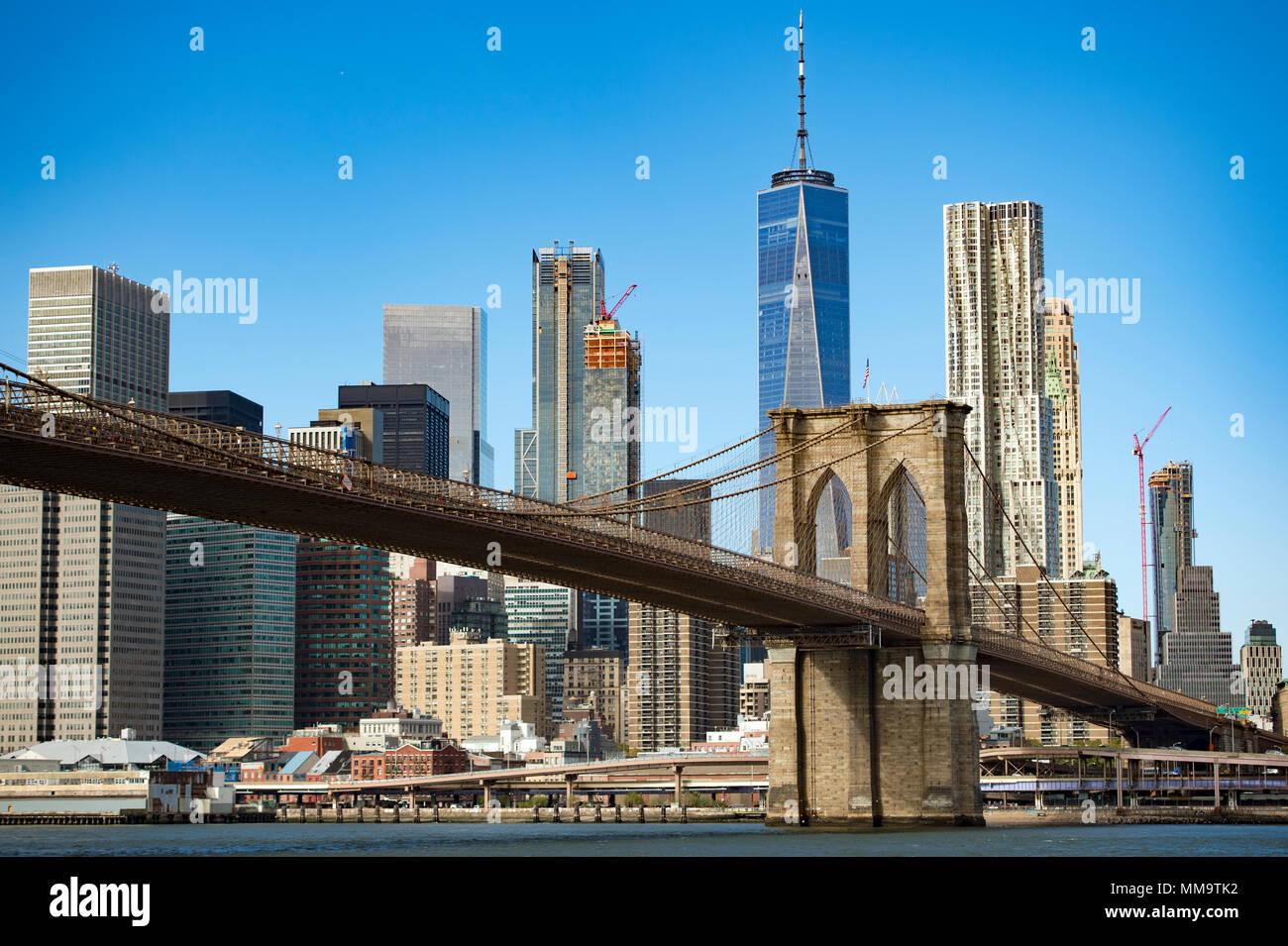 Skyline von Manhattan mit Brooklyn Bridge und das One World Trade Center im Hintergrund, während Sie einen sonnigen Tag in New York, USA. Stockbild