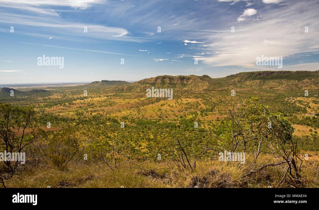 Blick auf weite Outback Landschaft der Bereiche und Ebenen unter blauem Himmel von Lookout im Minerva Hills National Park, in der Nähe von Springsure Queensland Australien Stockbild