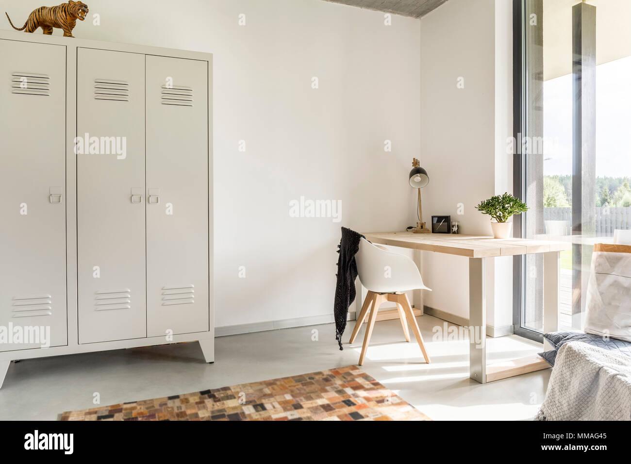 Weiss Home Interior Mit Metall Kleiderschrank Schreibtisch Und