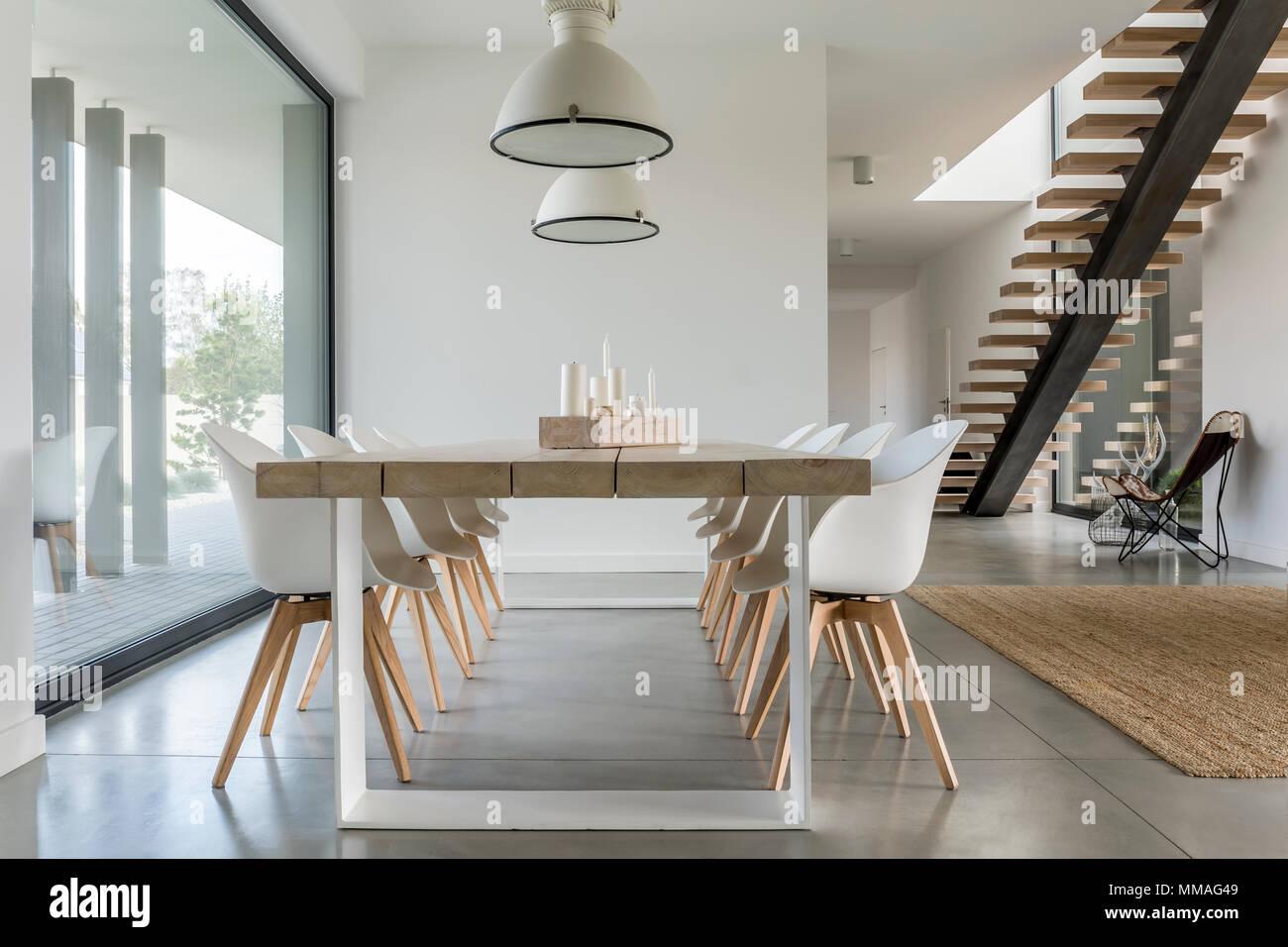 Esszimmer mit Fenster, Decken- und Treppen Stockfoto