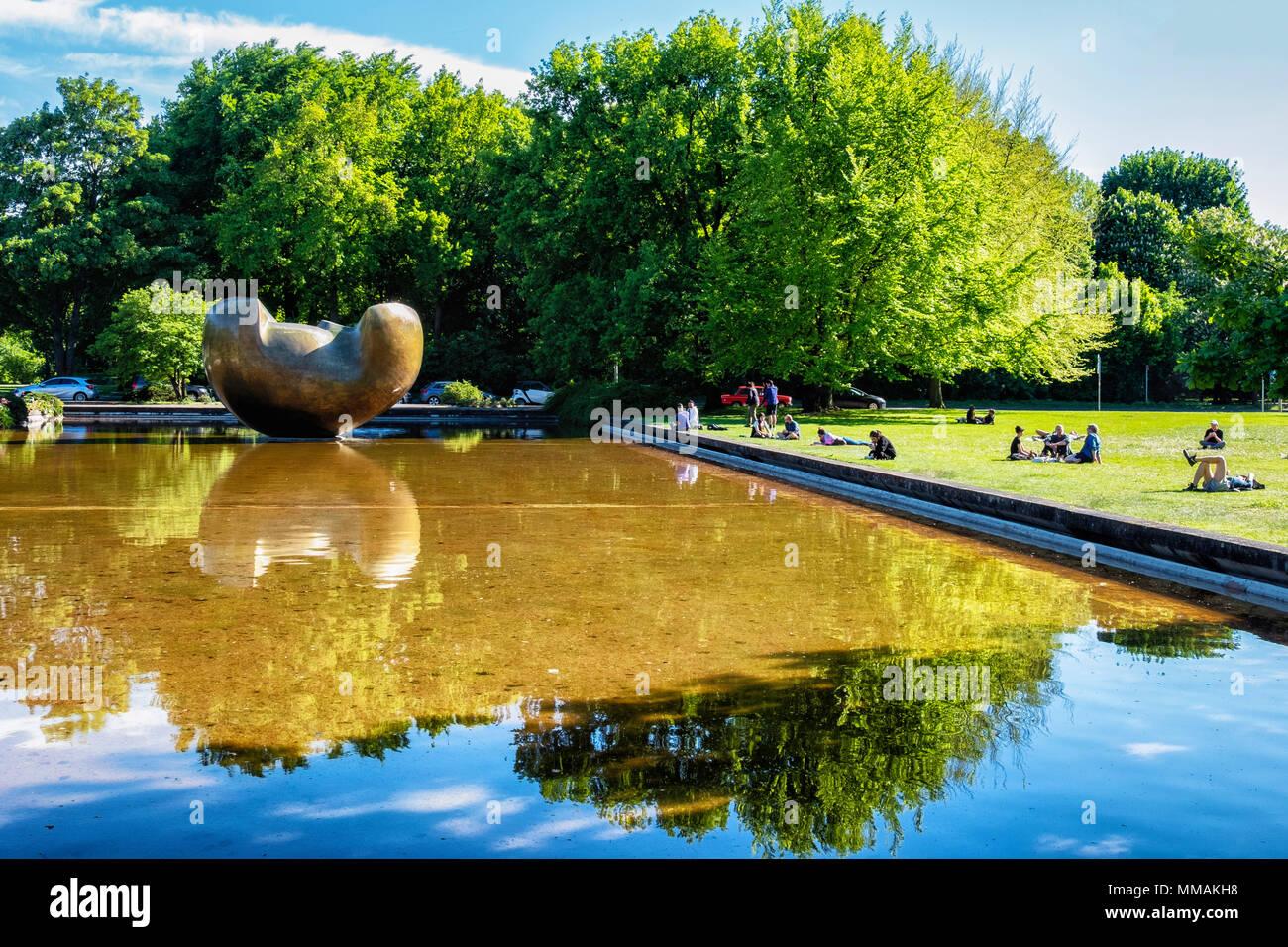 """Berlin, Tiergarten. Henry Moore Skulptur im Teich vor dem HKW {Haus der Kulturen der Welt""""). Stockbild"""